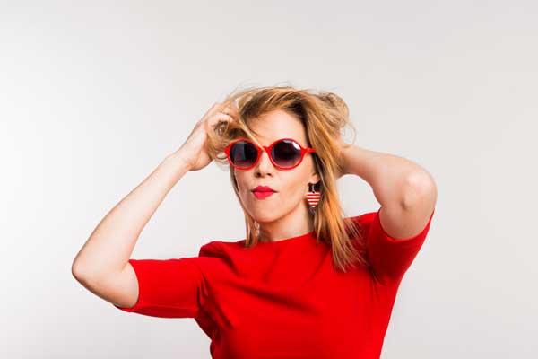 Powerfrau mit Sonnenbrille